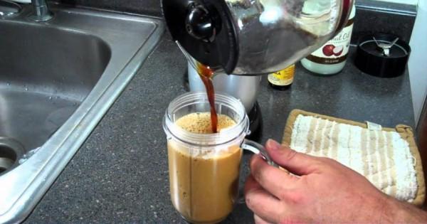 """Přidejte 2 lžíce této směsi s kokosovým olejem do své ranní kávy a spálíte """"tunu"""" kalorií"""